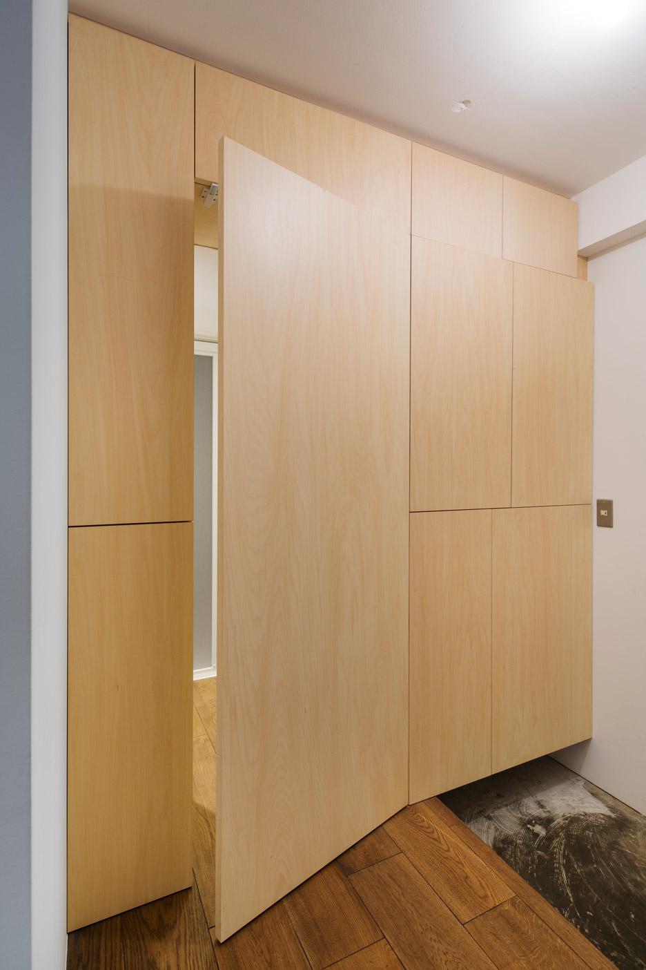 Скрытая дверь с панелью