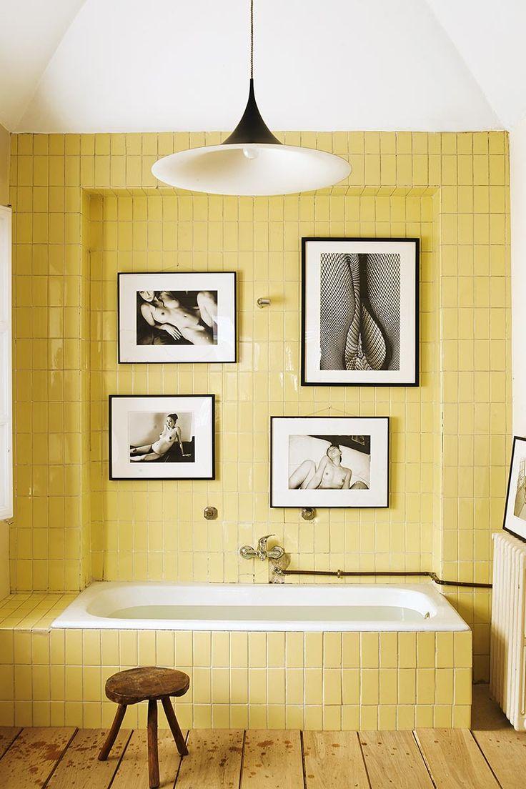 Желтая плитка пастельного оттенка в ванной