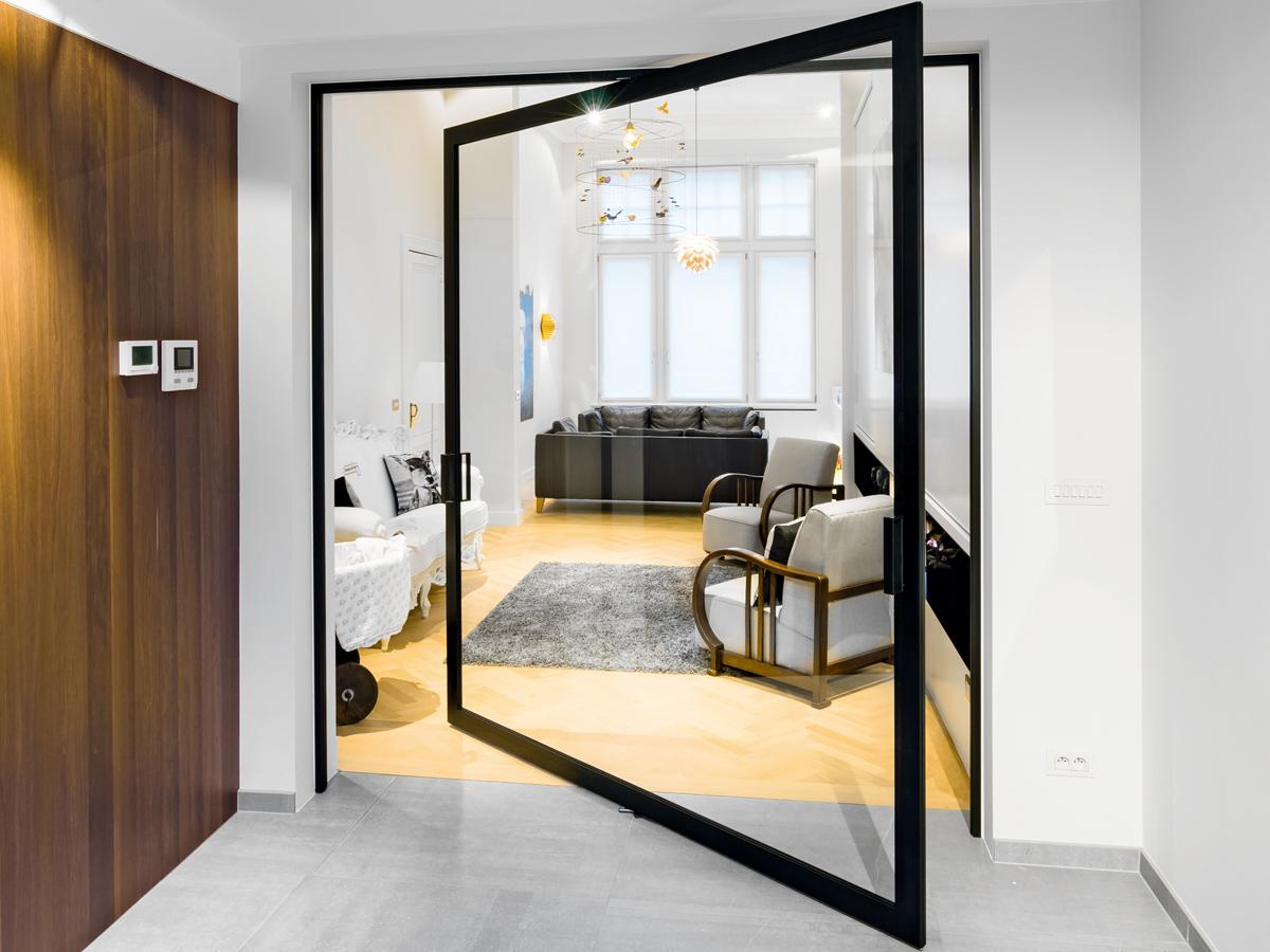 Маятниковая дверь-перегородка в интерьере