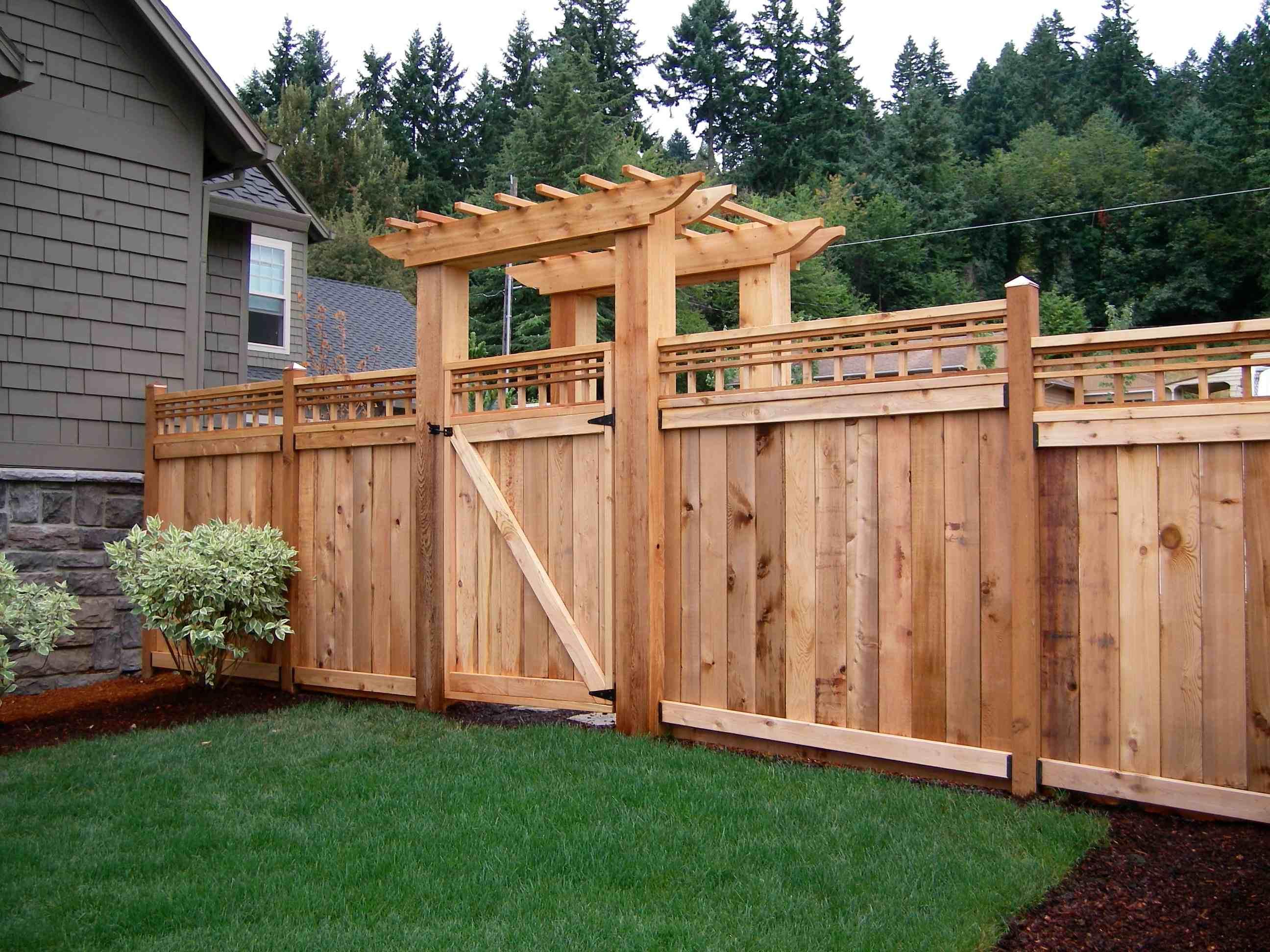 Деревянный забор с перголой