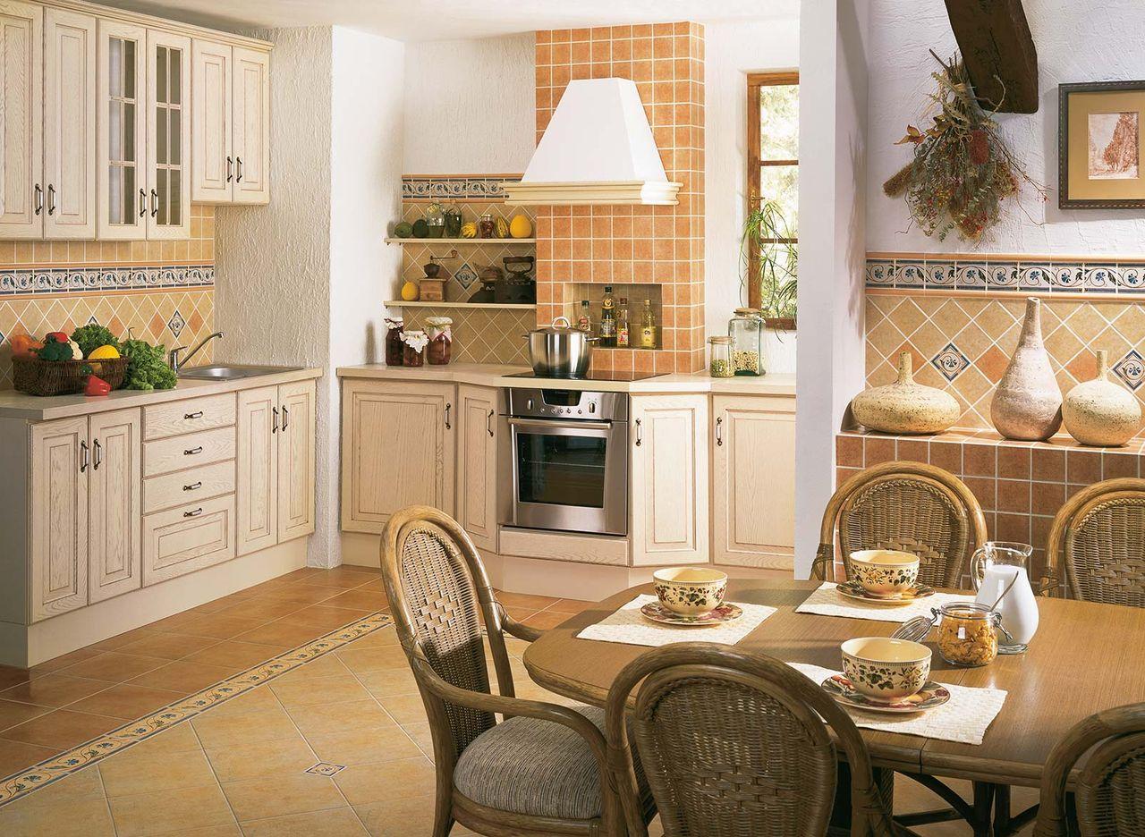 Плитка песочного цвета на кухне