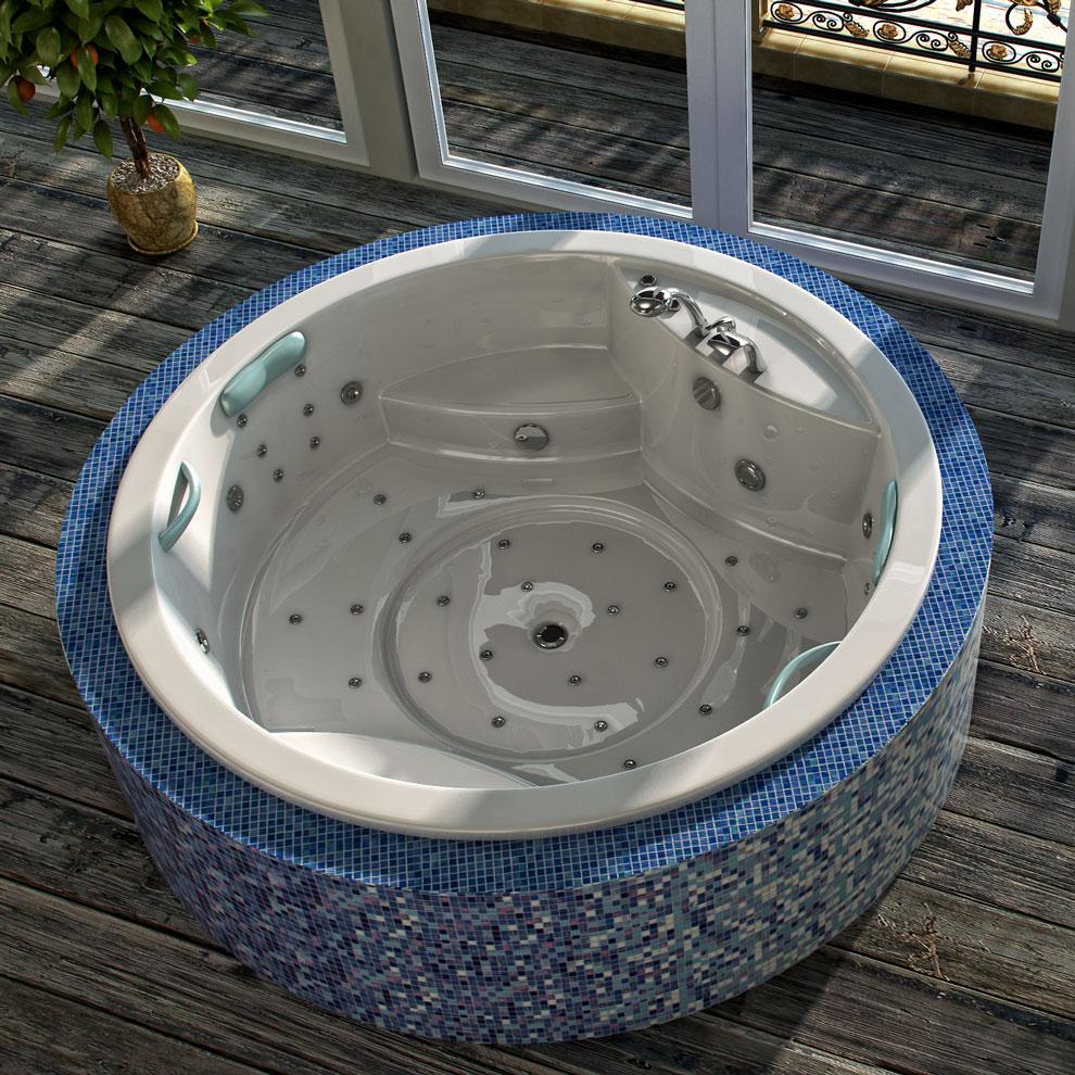 Круглая ванна, облицованная плиткой