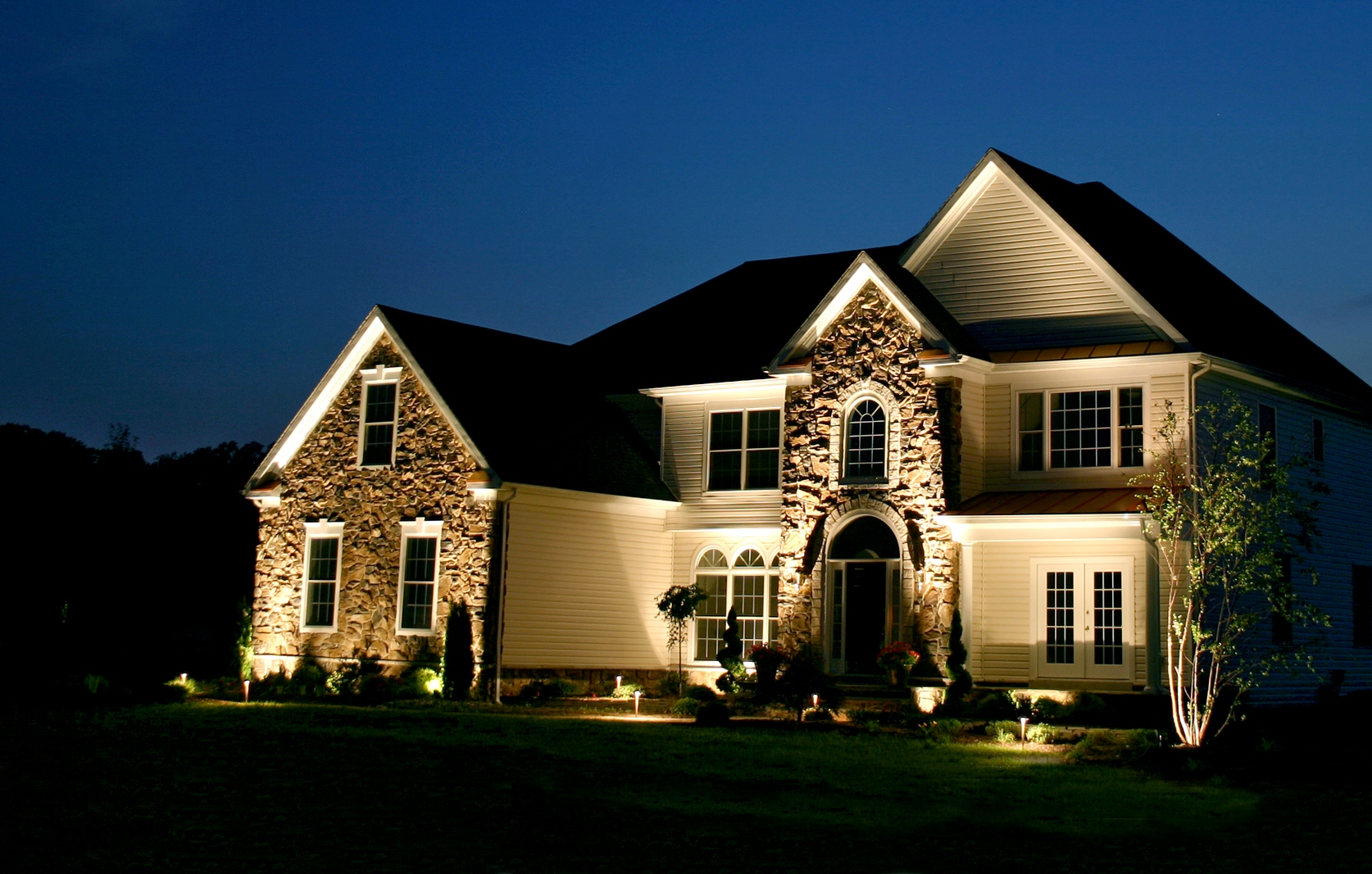 Подсветка дома с фотореле