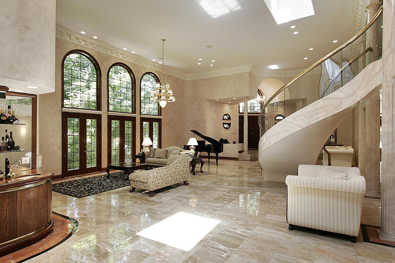 Плитка из мрамора на полу гостиной
