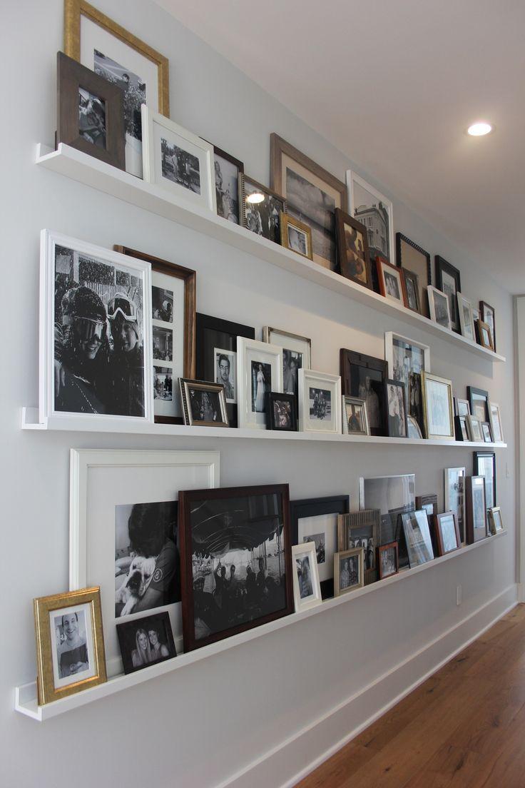 Полка с фотографиями в прихожей
