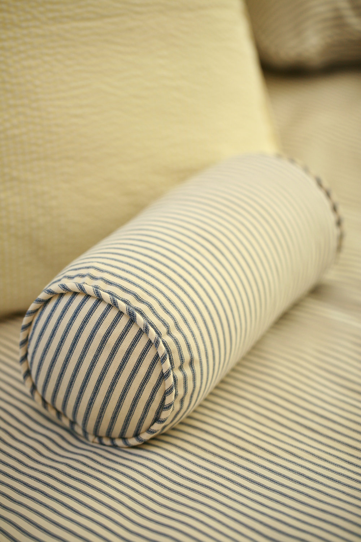Полосатая подушка-валик