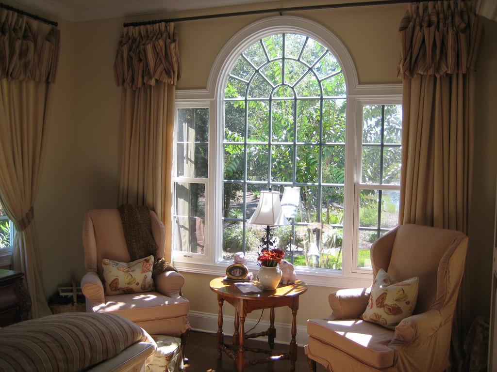Полосатые шторы на арочном окне