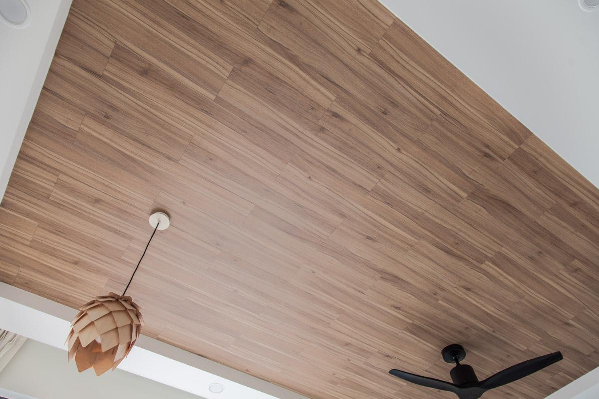Полосатый ламинат на потолке