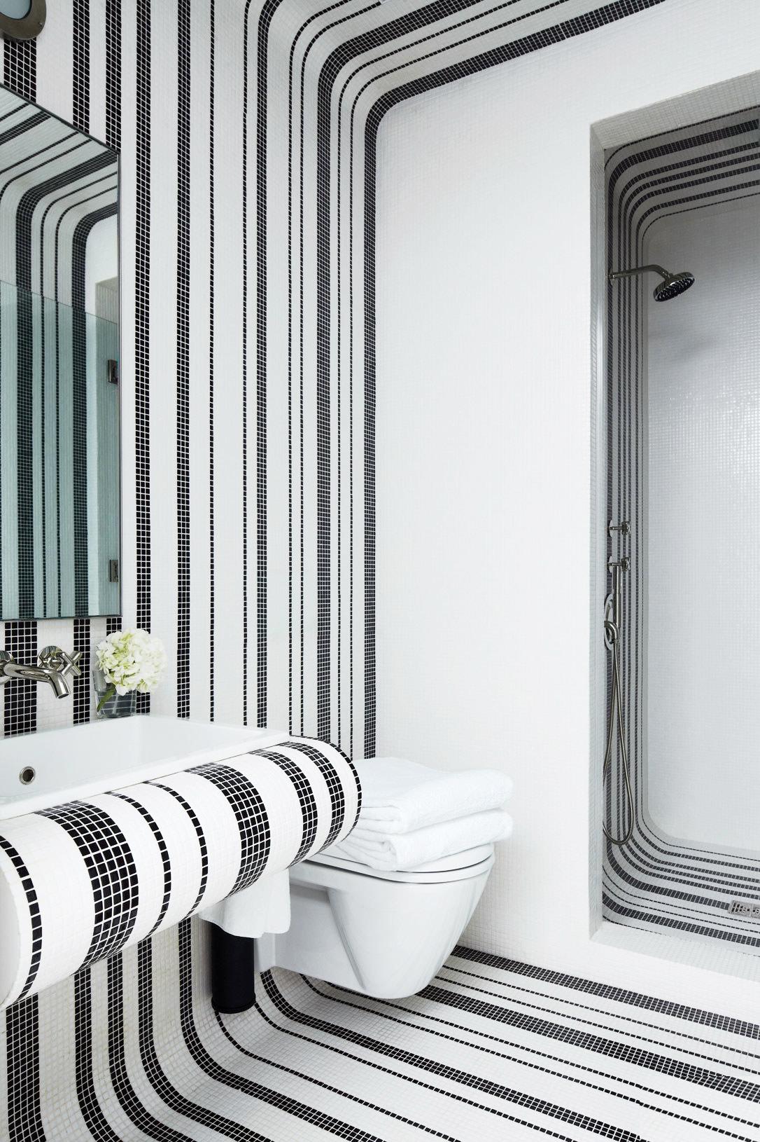 Полосы из мозаики в интерьере ванной