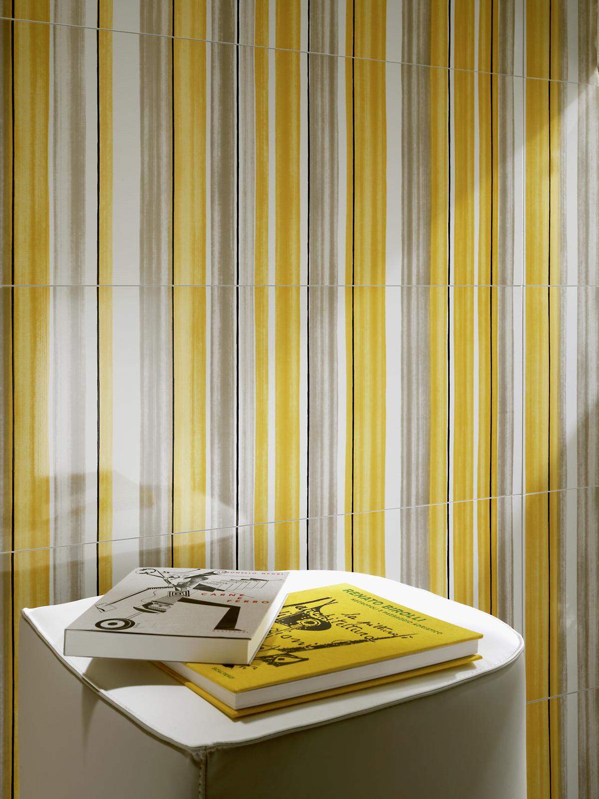 Желтая плитка с разноцветными полосками