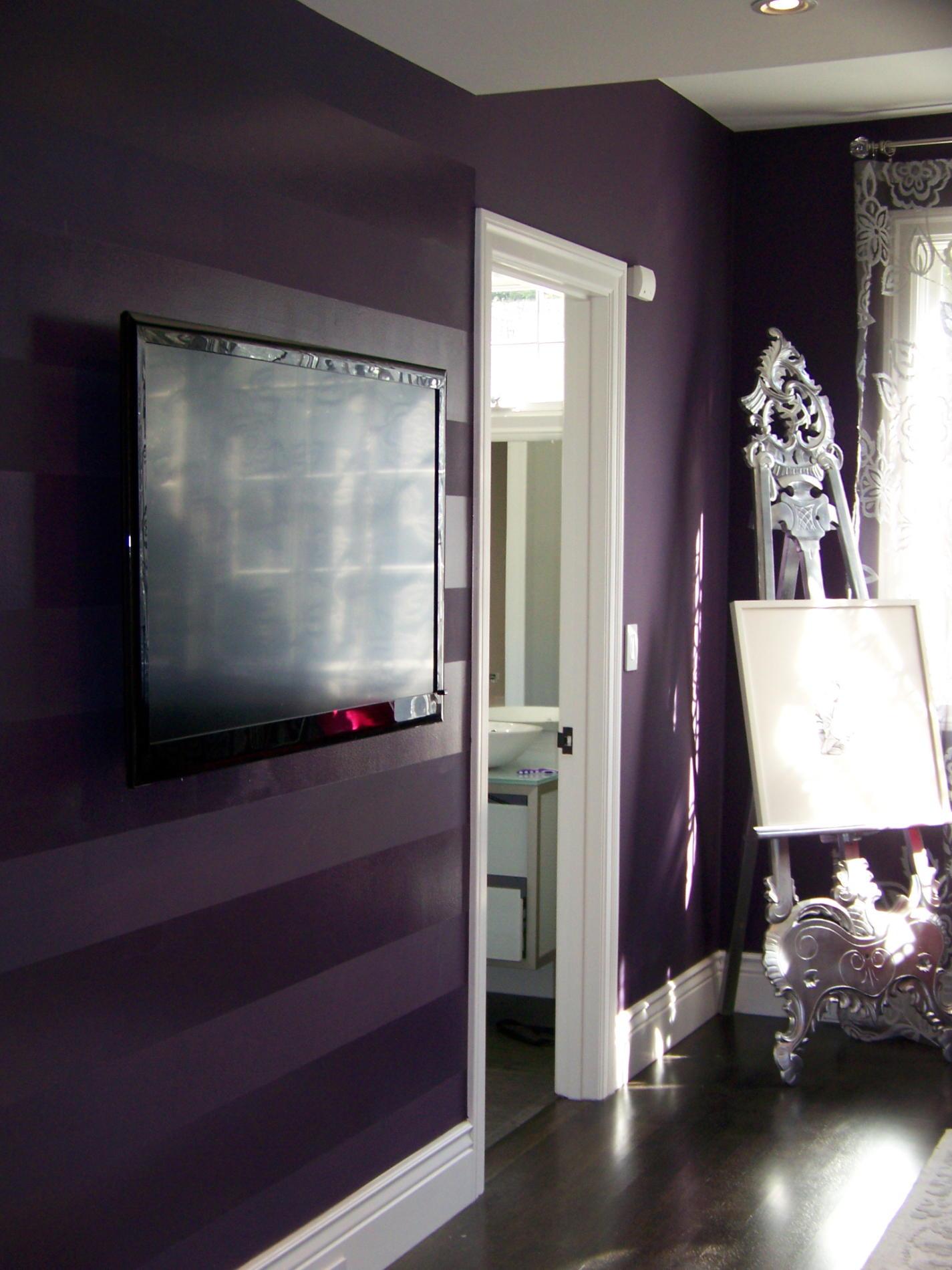 Полосы на стене из глянцевой краски