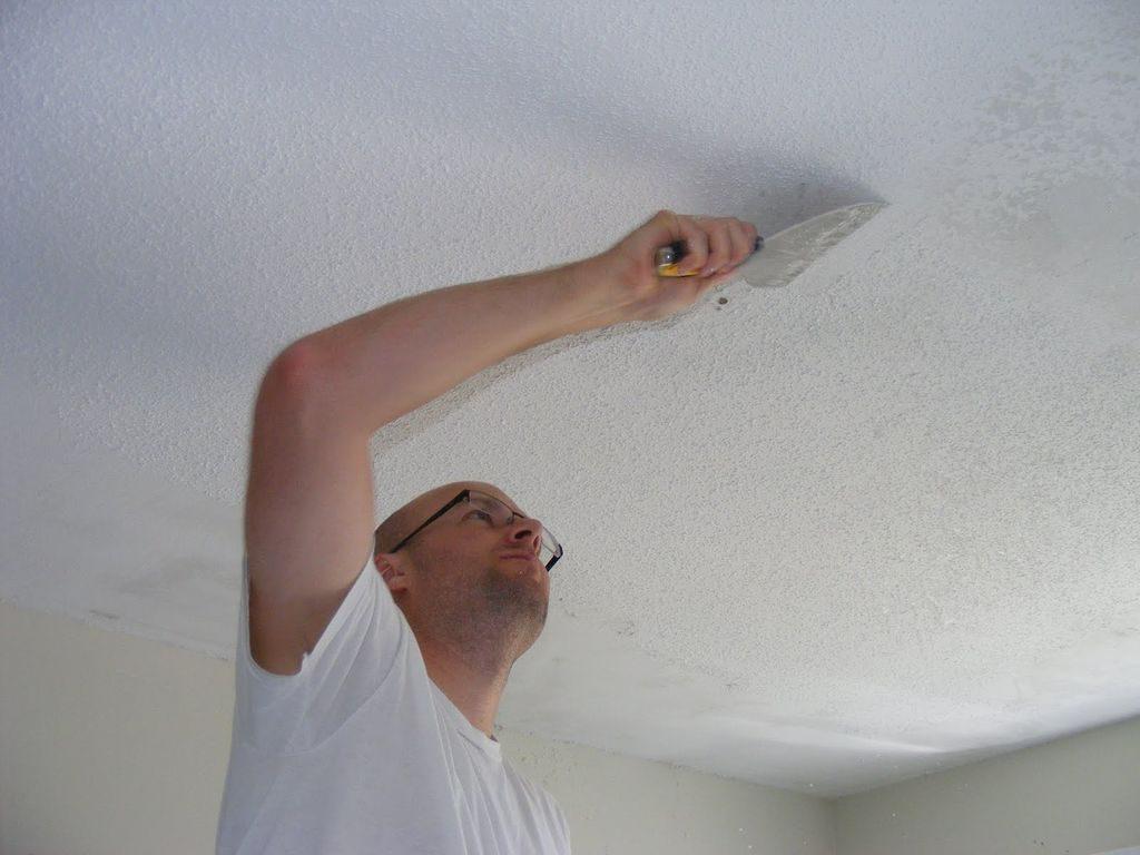 Удаление плесени с потолка