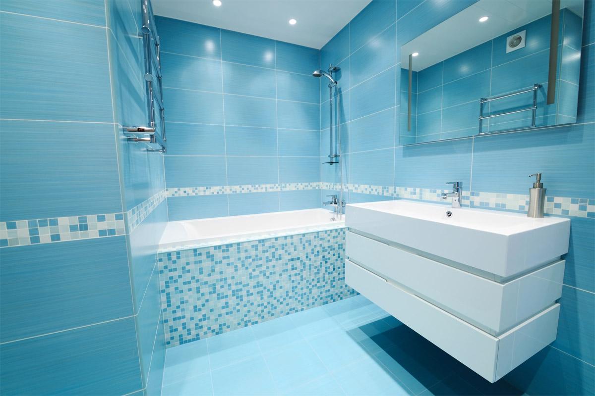 """Голубой """"пояс"""" из мозаики в ванной"""