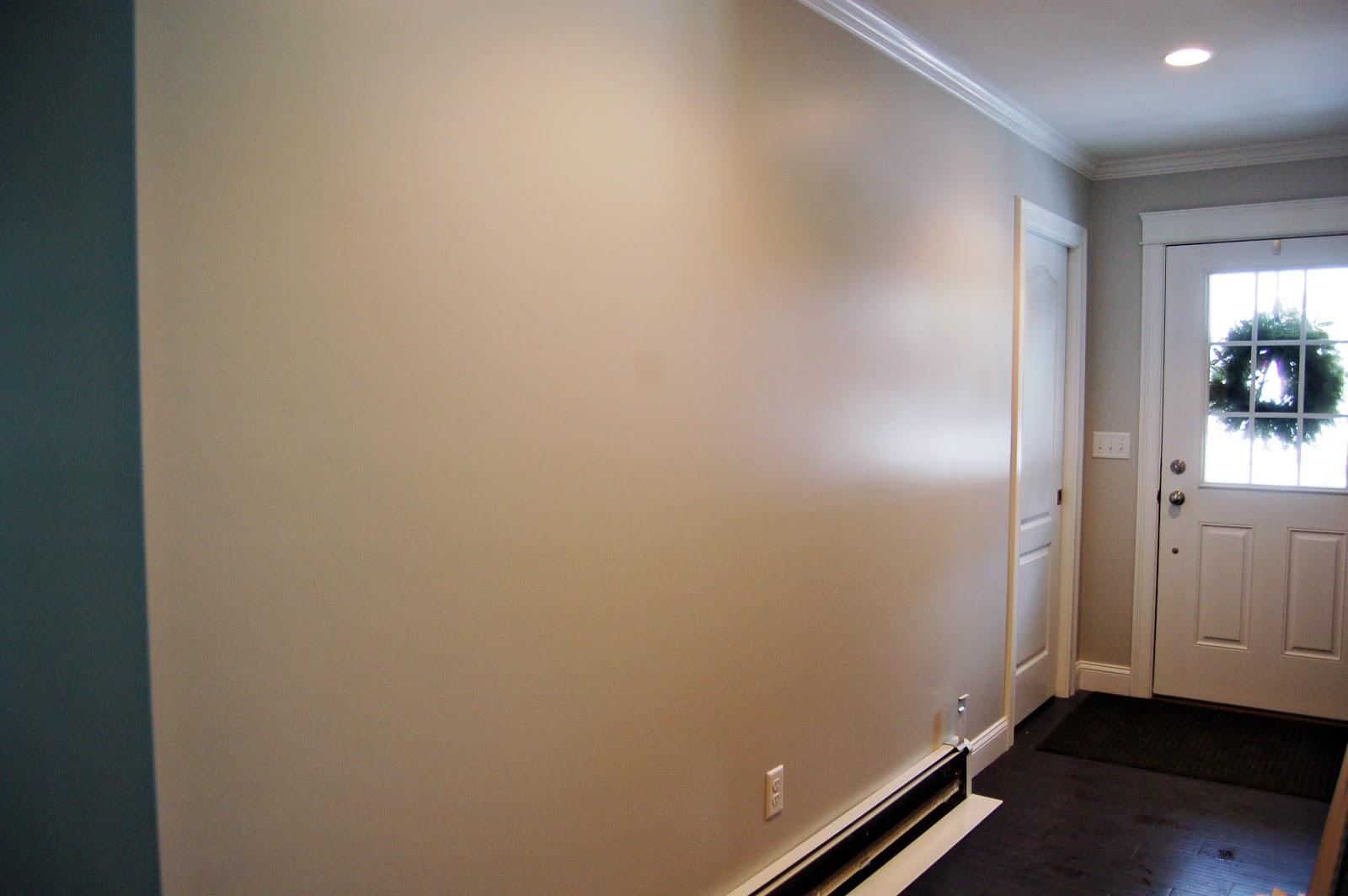 Глянцевая краска на стенах в прихожей