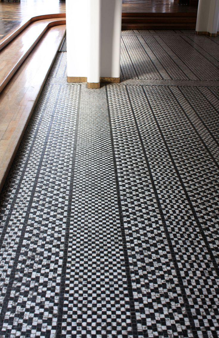 Мозаика на полу прихожей