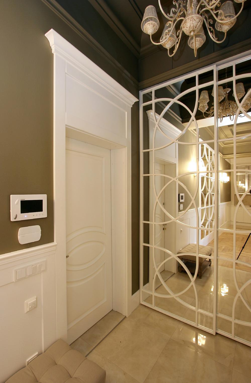 Дверь в стиле модерн в прихожей