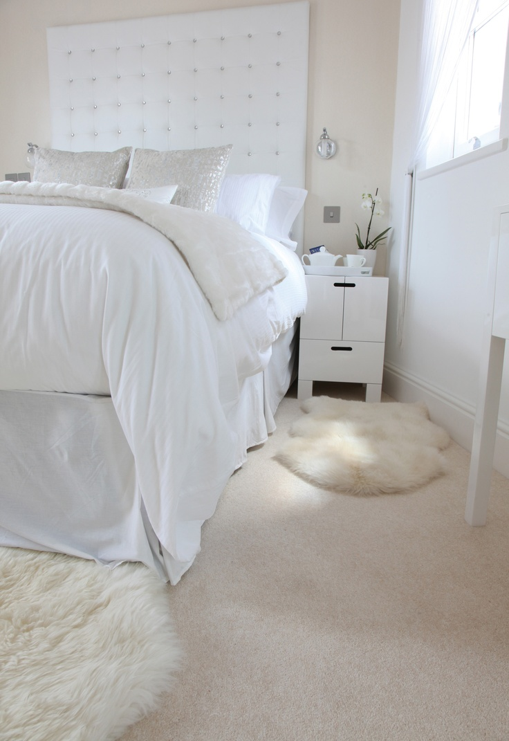 Белый прикроватный коврик