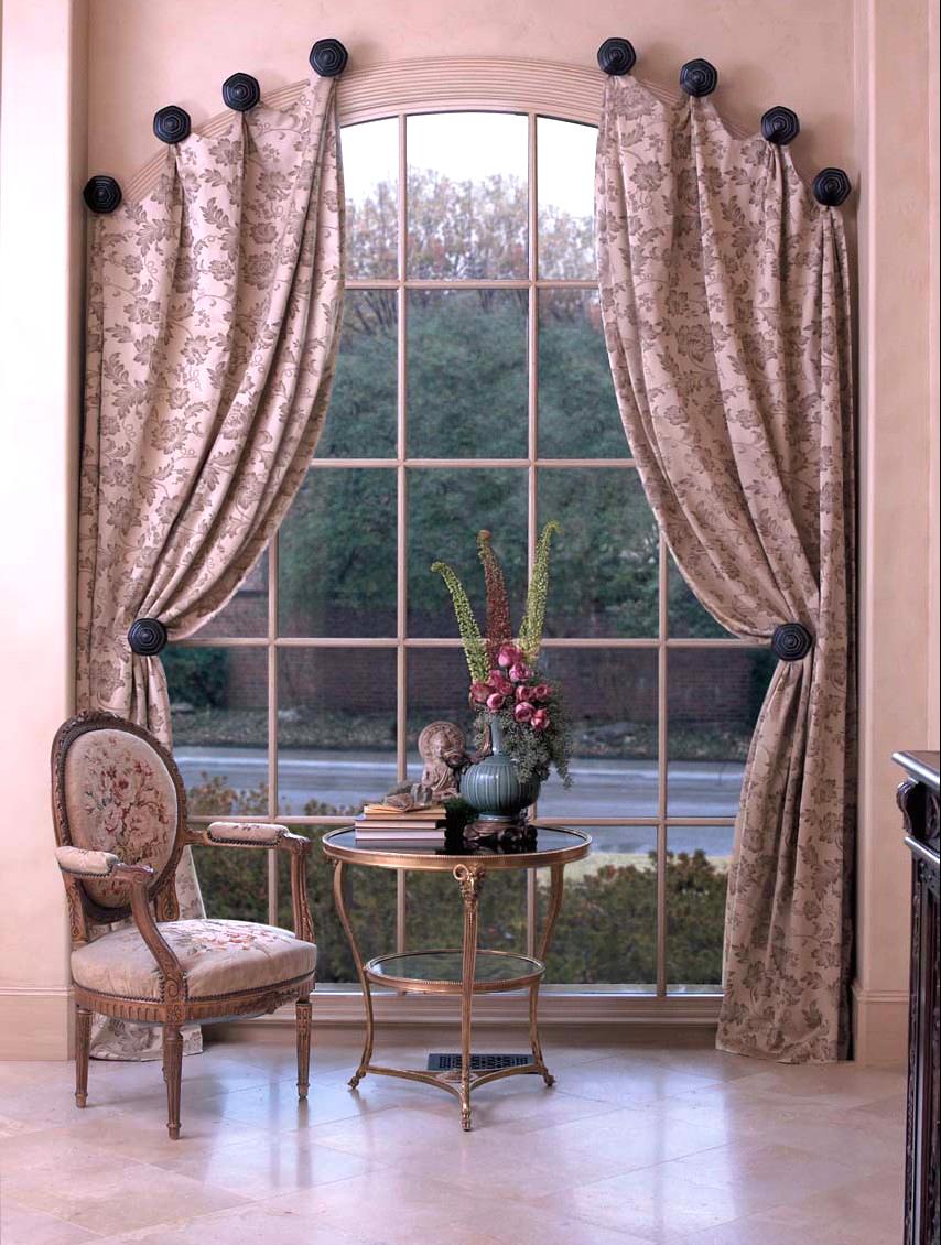 Шторы на арочном окне в стиле прованс