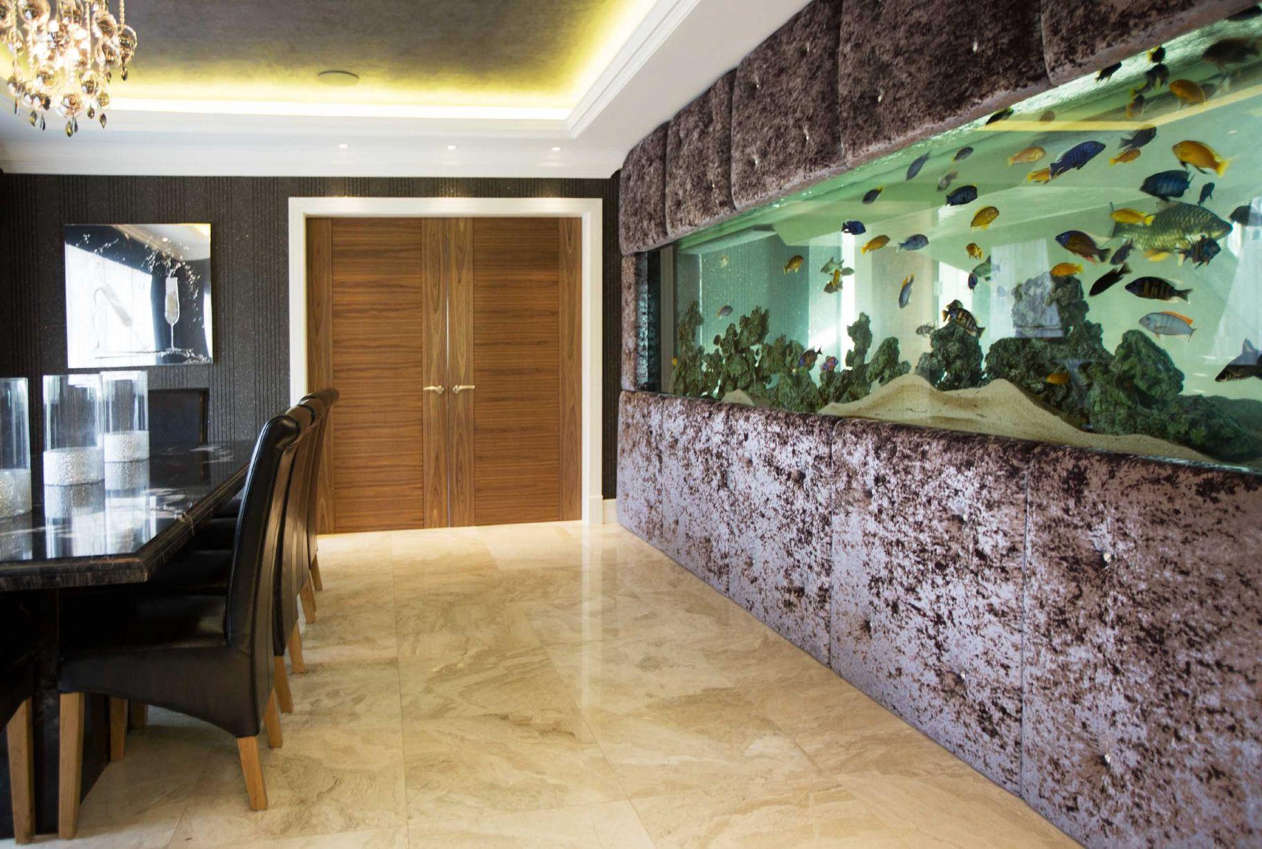 Прямоугольный аквариум в стене