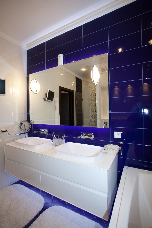 Глянцевая синяя плитка в интерьере ванной