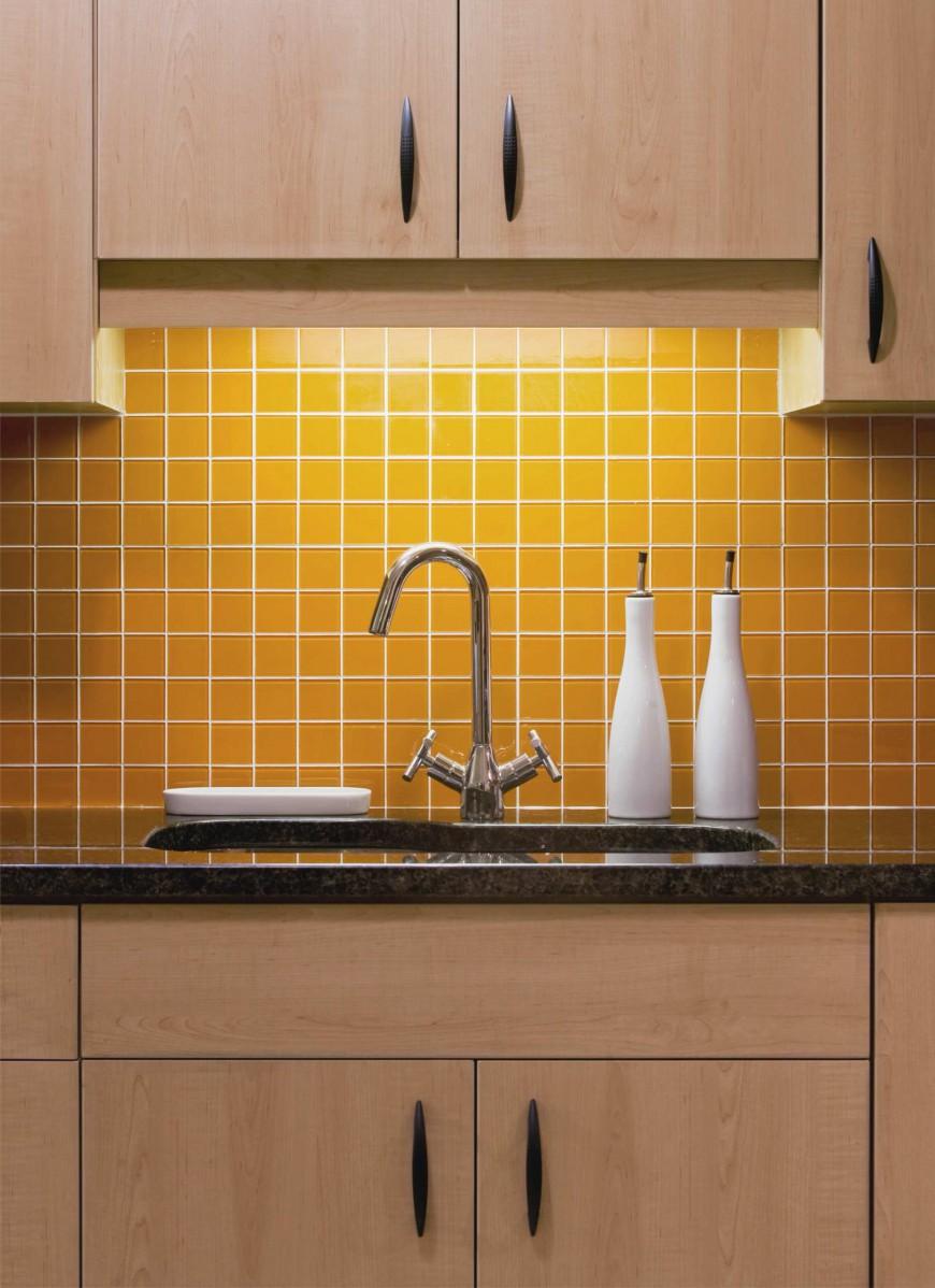 Желтая плитка около раковины на кухне