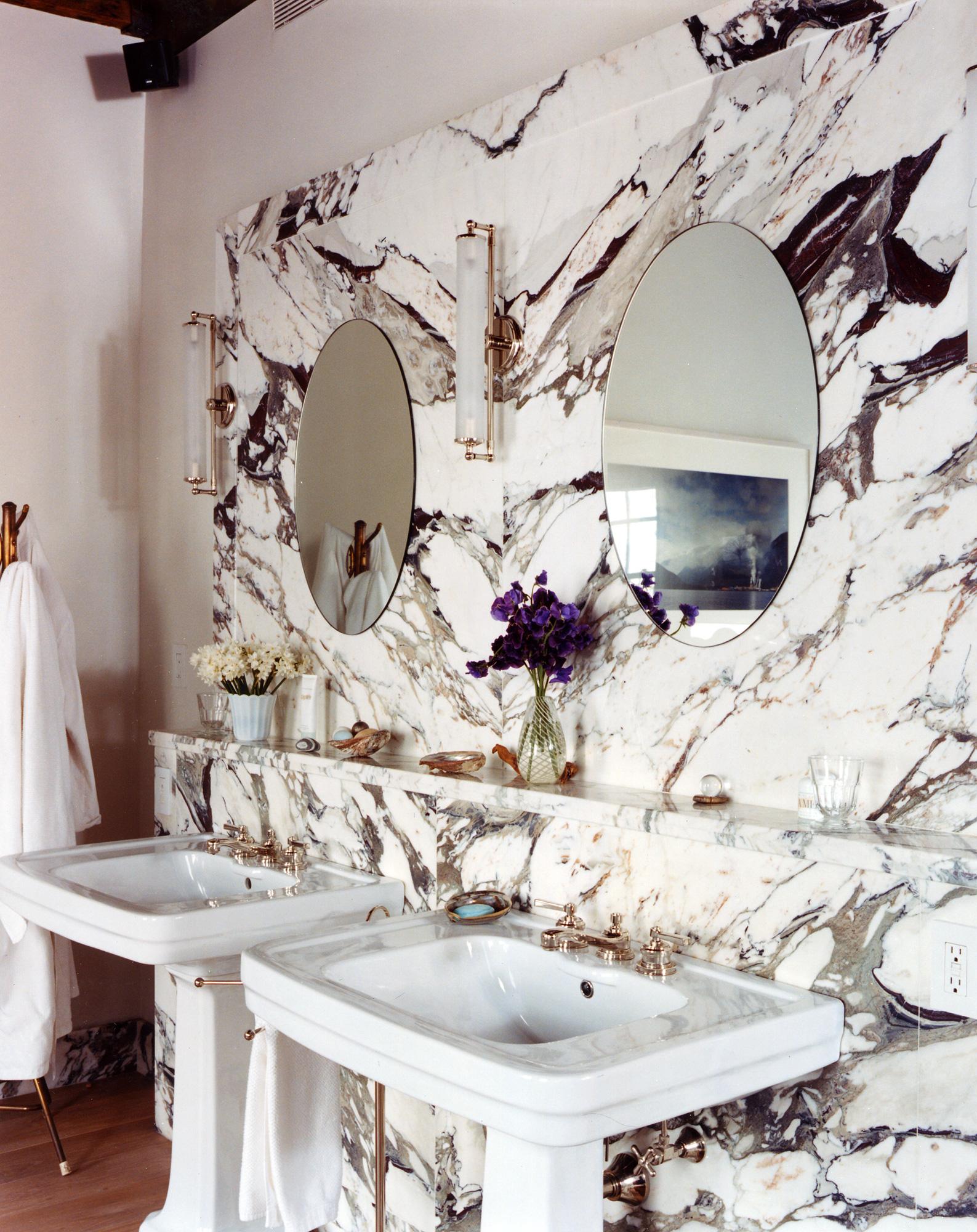 Мрамор в ванной в стиле ретро