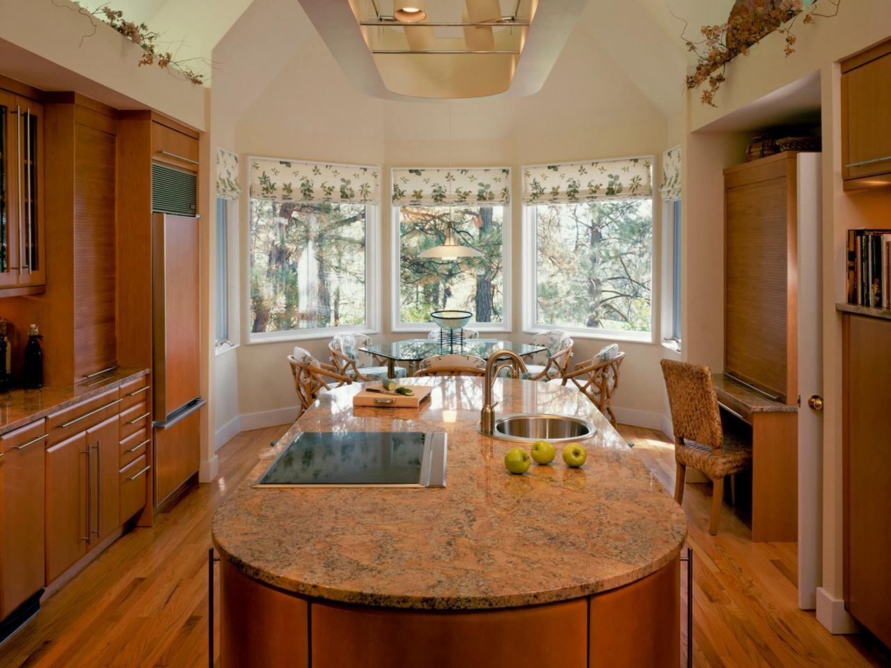 Римские шторы на эркерном кухонном окне