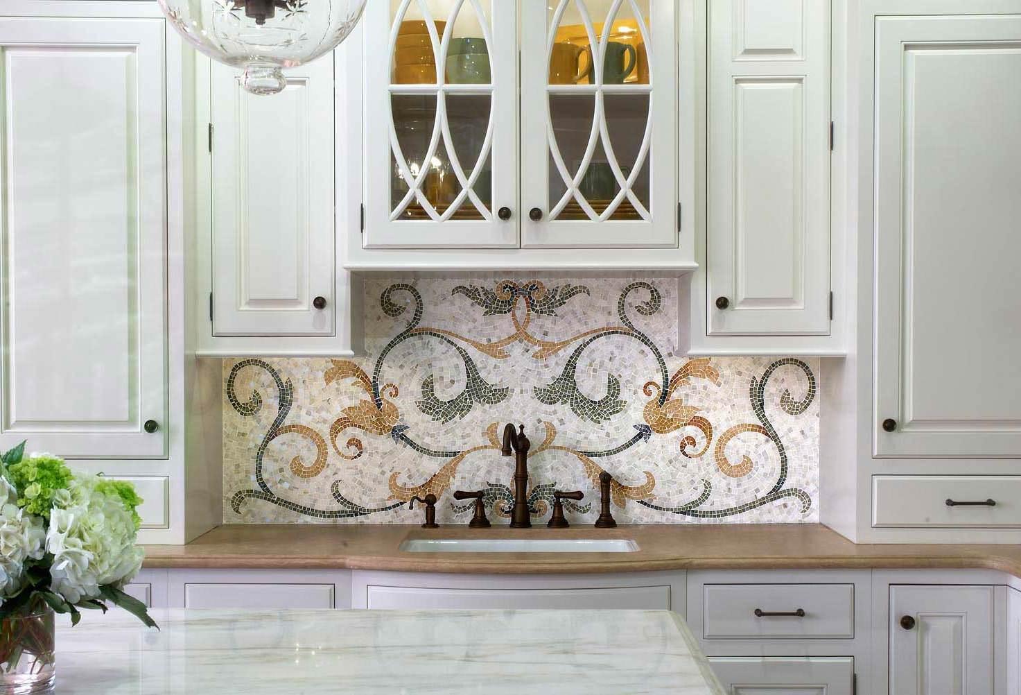Римский узор из мозаики на фартуке кухни