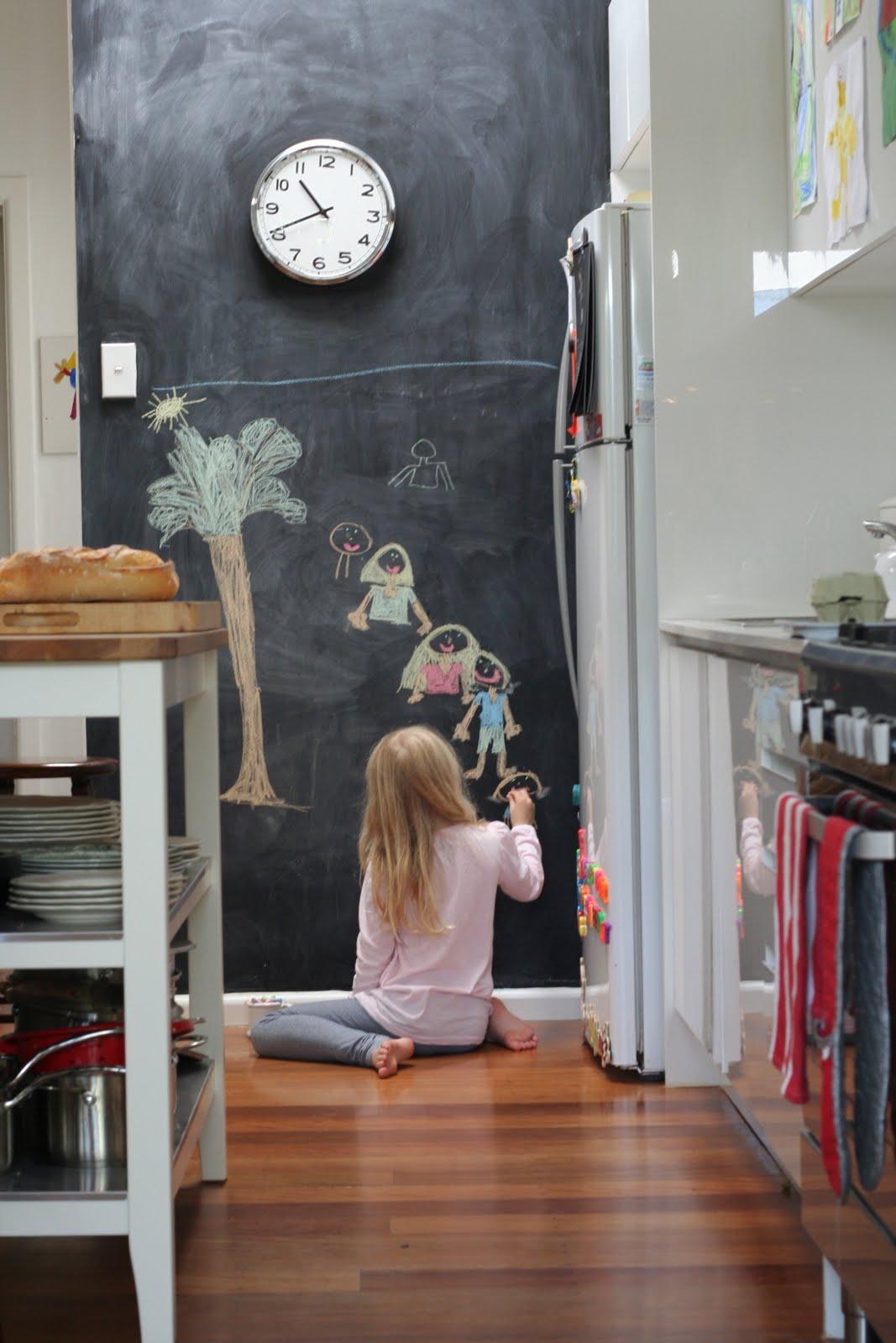 Меловая доска с рисунками в интерьере