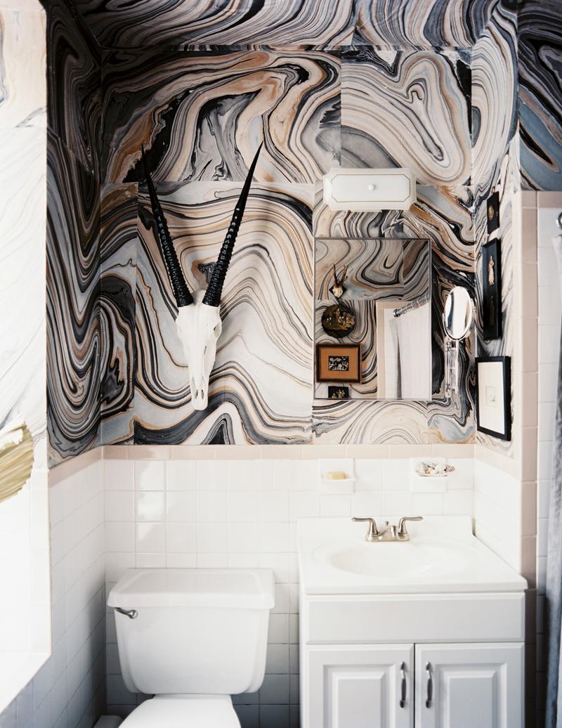 Плитка с мраморным рисунком в интерьере ванной комнаты