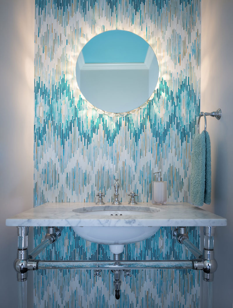 Рисунок из голубой мозаики в ванной
