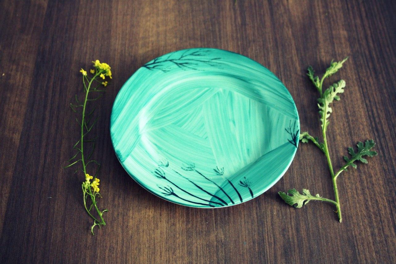 Рисунок на тарелке в технике деколи