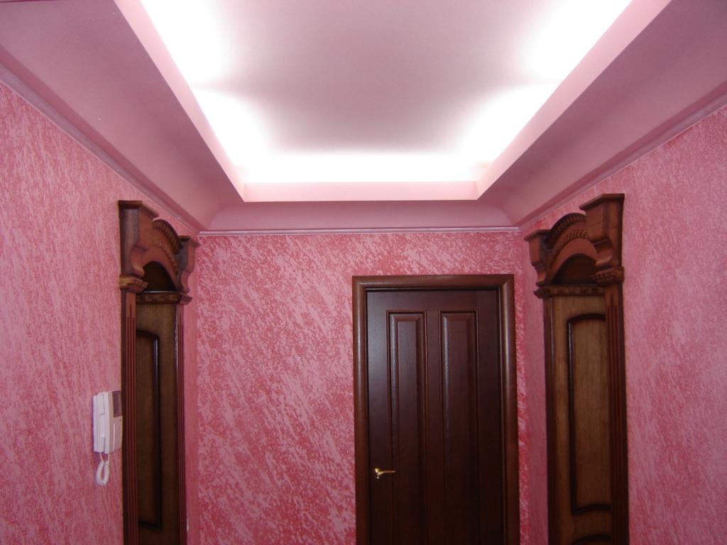 Декоративная розовая штукатурка в прихожей