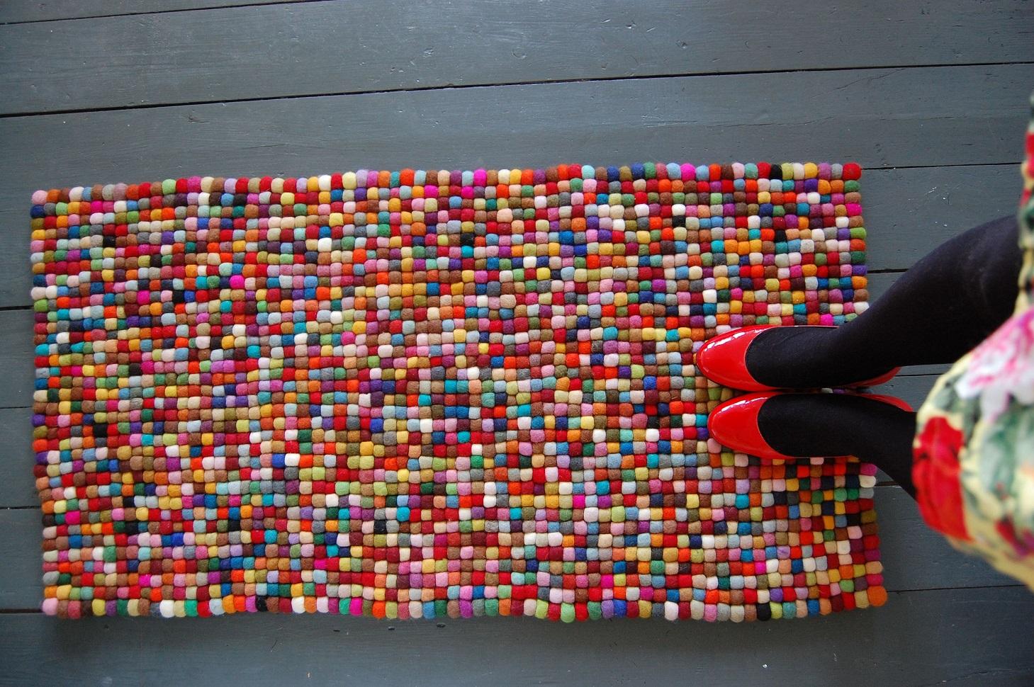 Прямоугольный коврик из мелких помпонов