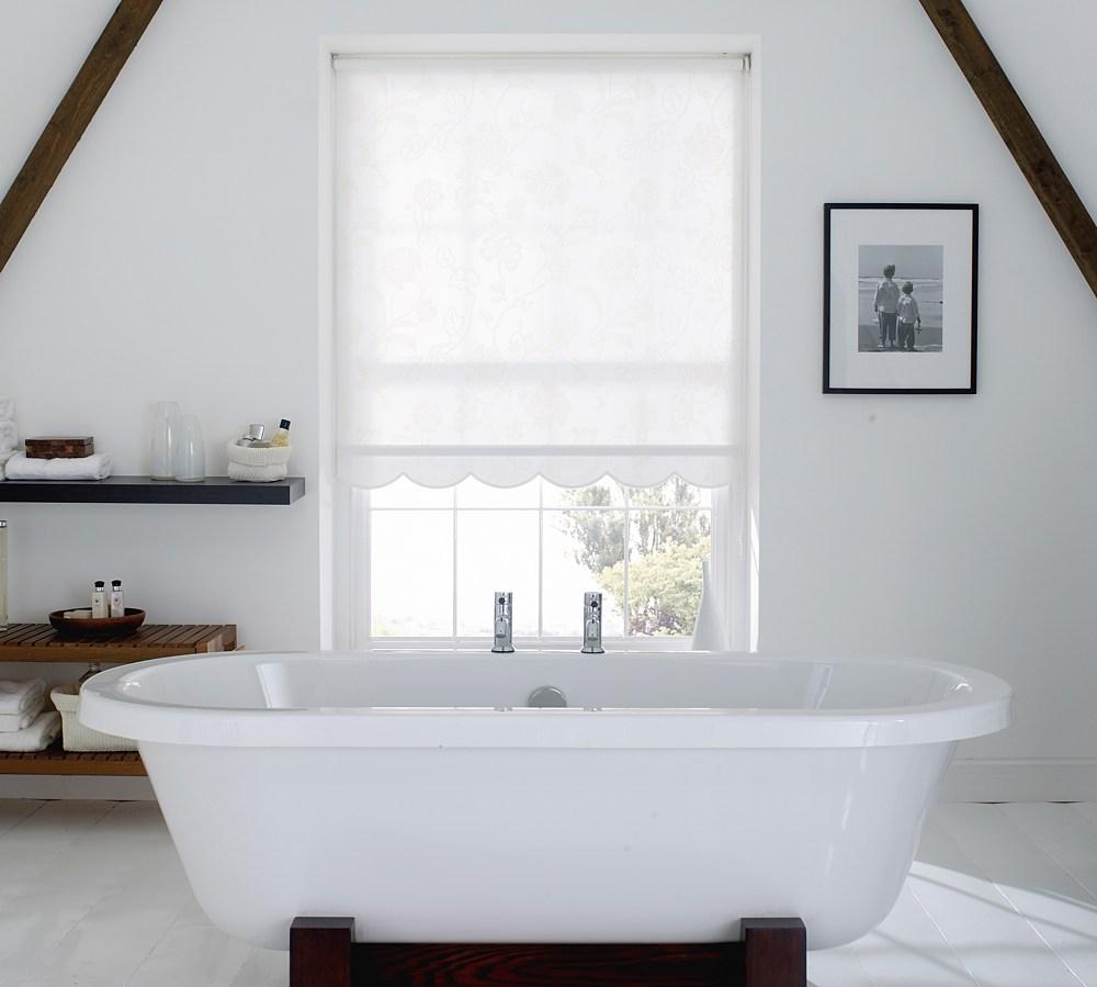 Белые рулонные шторы в ванной