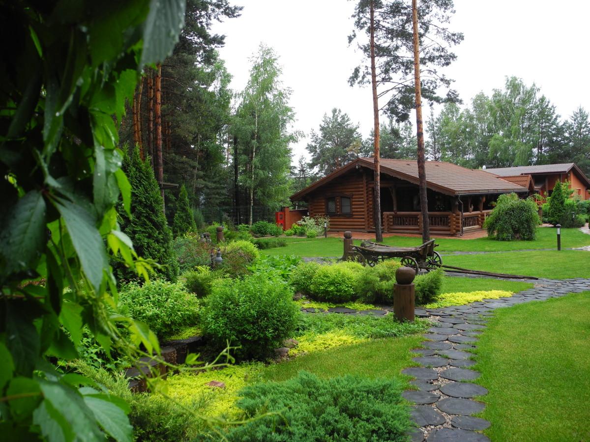 Двор дома в рустикальном стиле