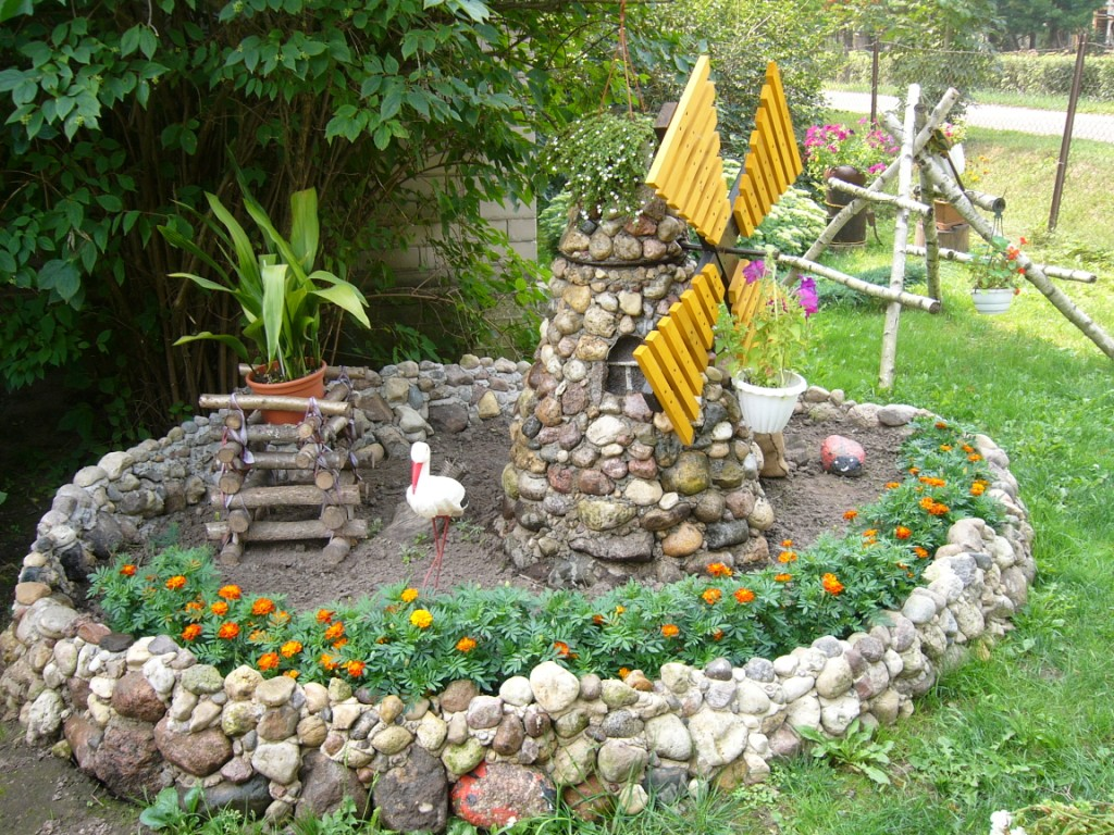 Декор из камней в саду