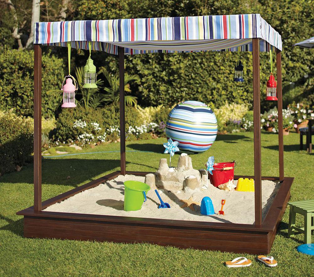 Детская песочница в саду