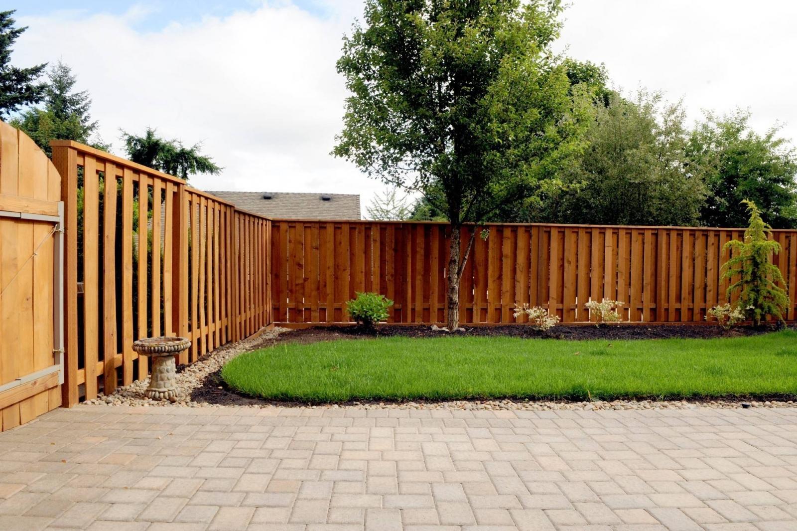Забор из дерева в саду
