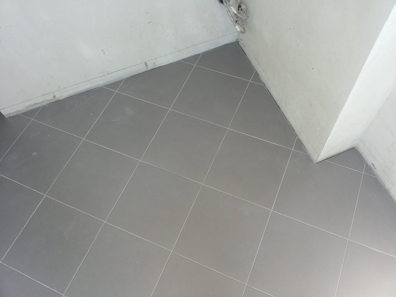 Диагональная укладка серой плитки