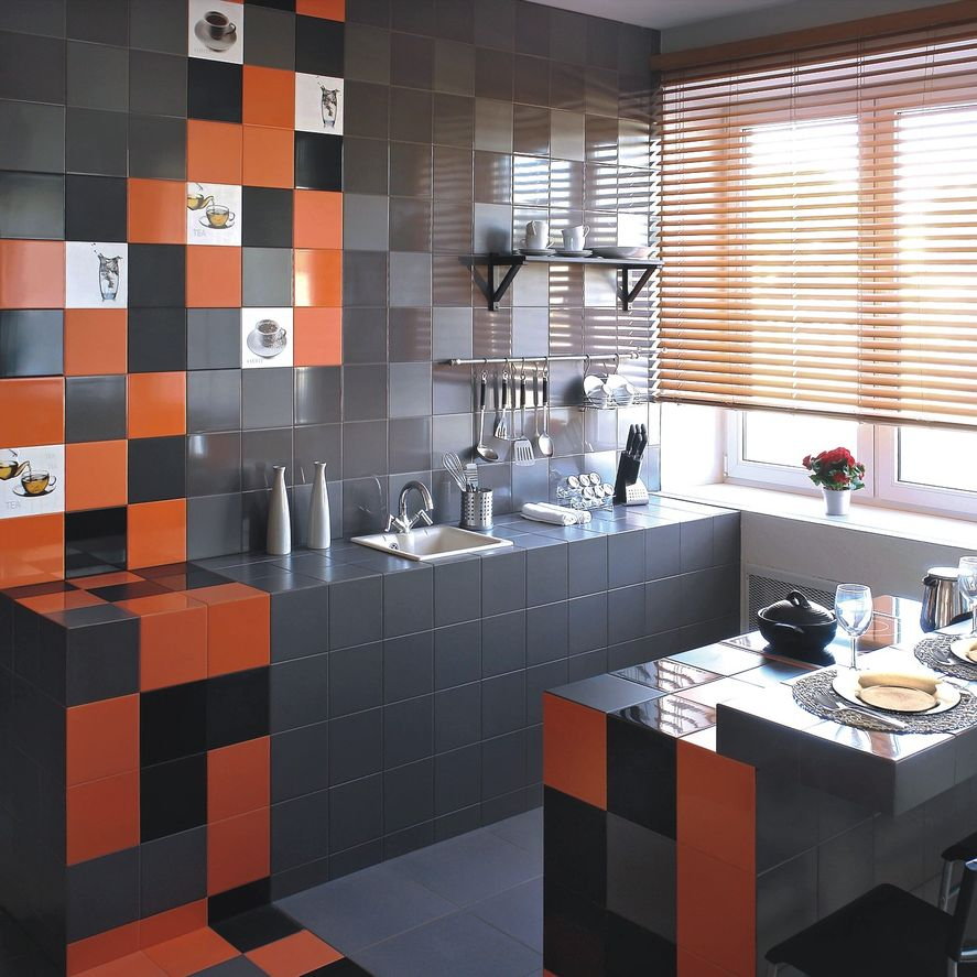 Серая плитка с оранжевыми вставками на кухне