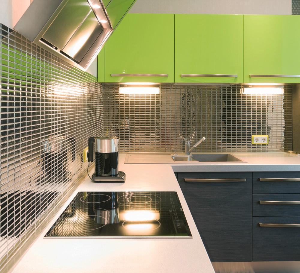 Серебряная мозаика на фартуке кухни