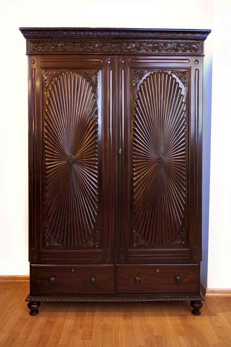 Резные двери шкафчика из палисандра