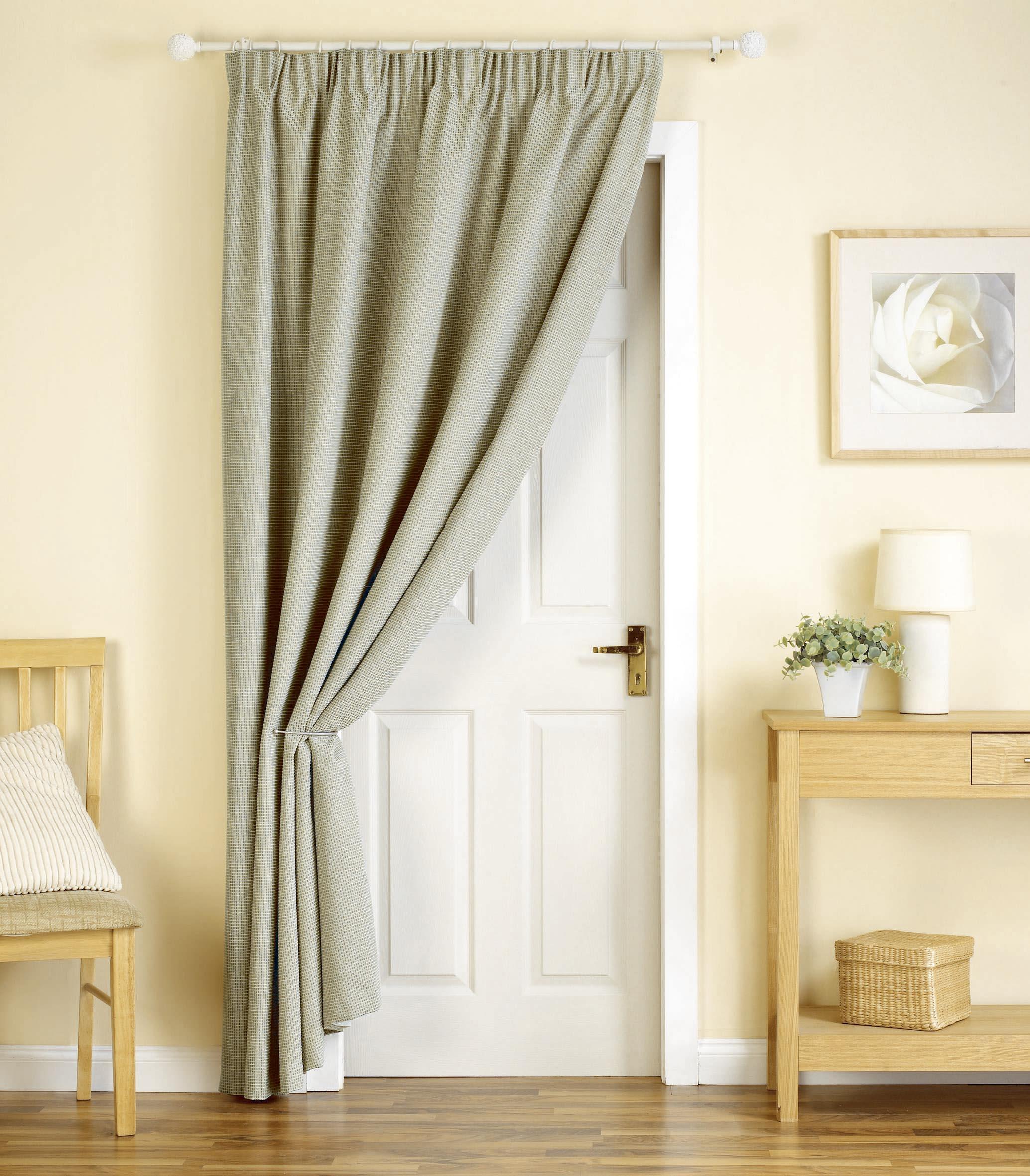Белая дверь со шторой