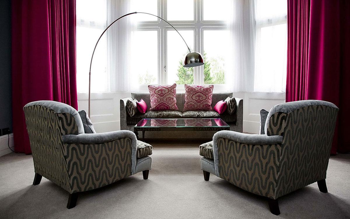 Малиновые шторы в гостиной