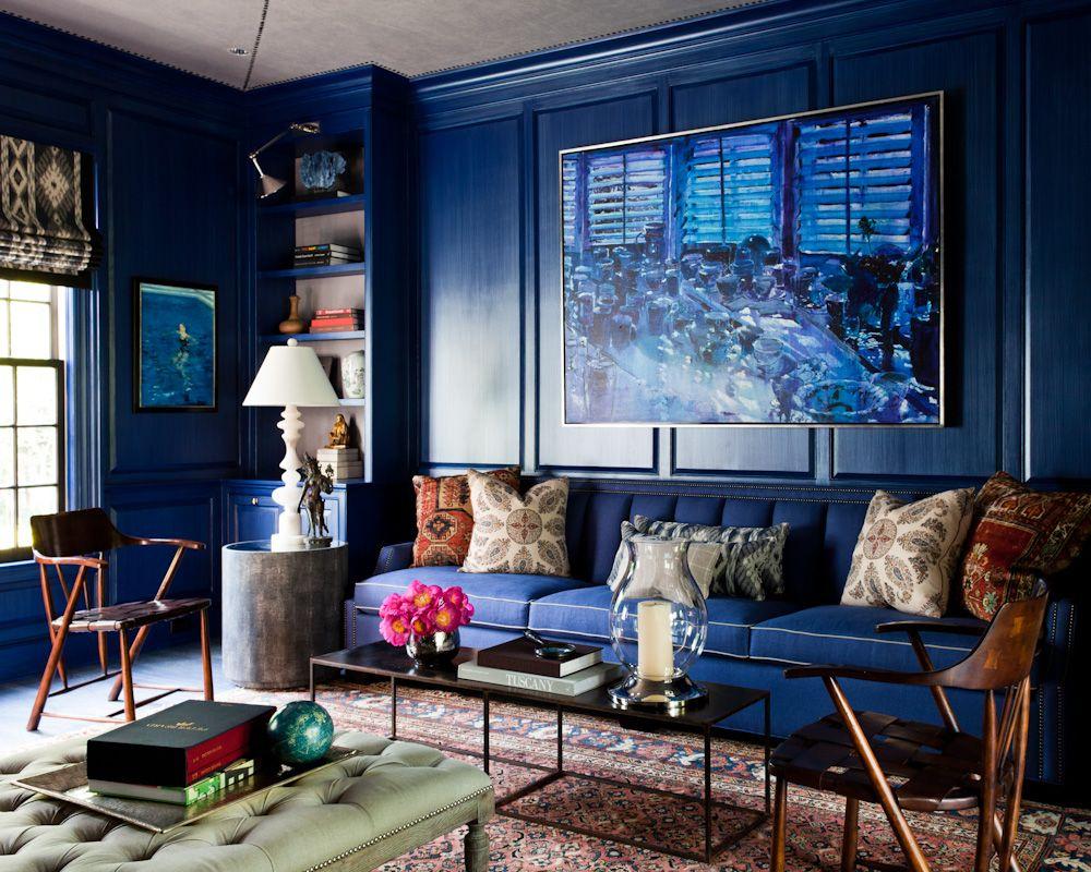Синяя глянцевая краска в интерьере гостиной