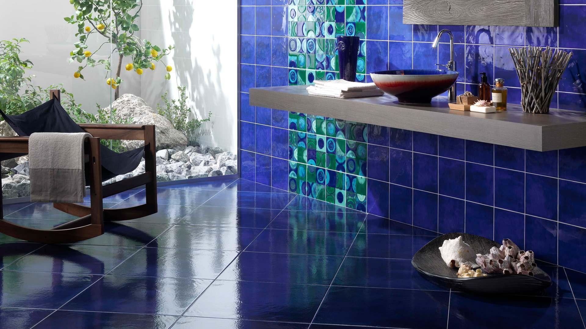 Диагональная укладка синей плитки