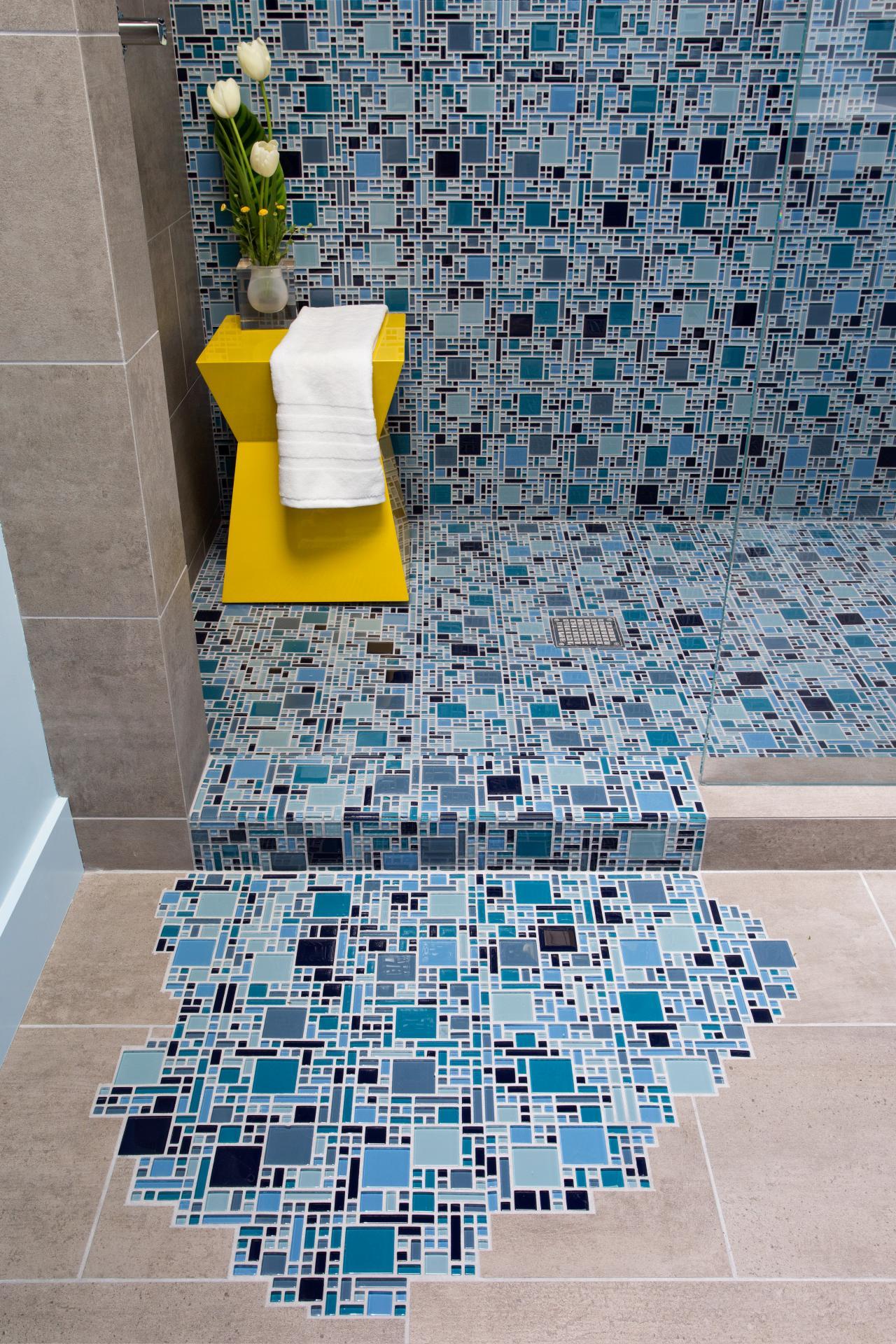 Мозаика из слюды на полу ванной