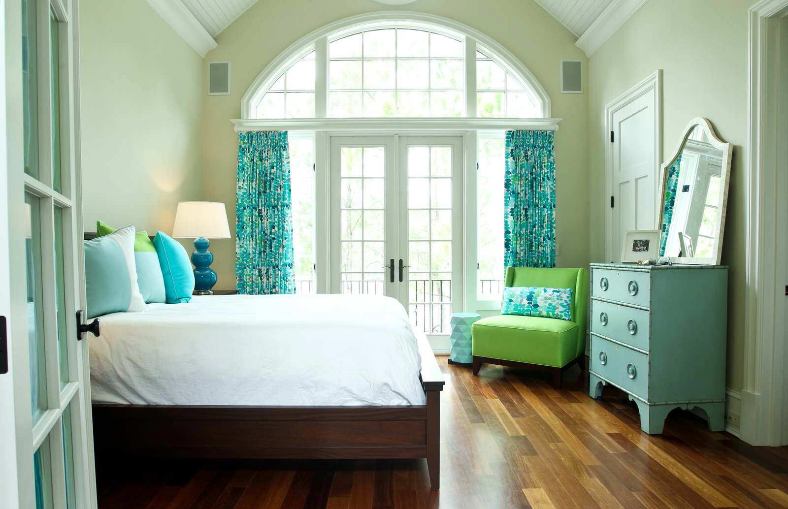Шторы на арочном окне в спальне