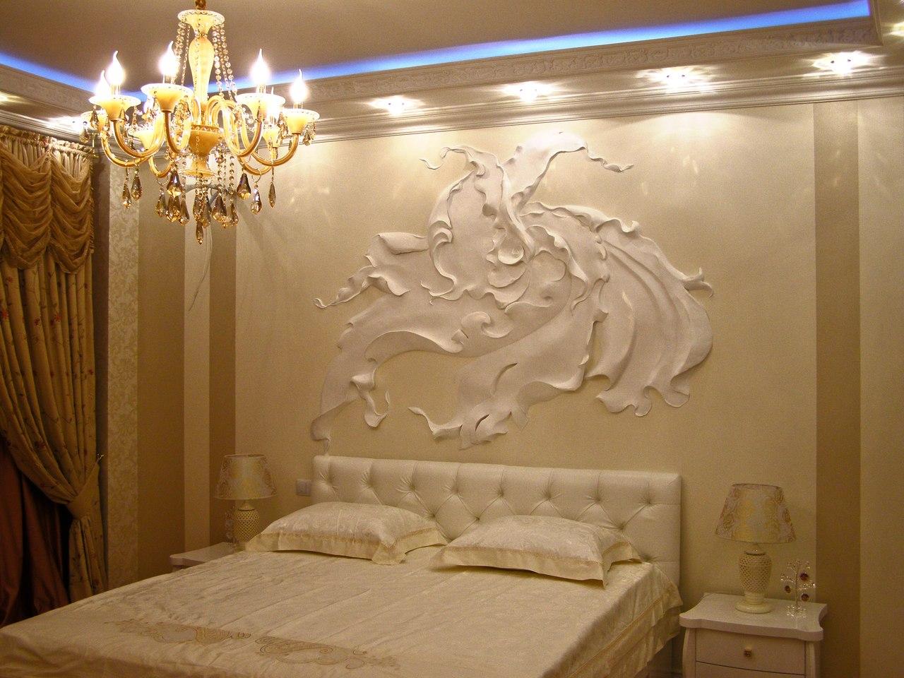 Объемная картина на стене в спальне